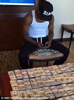 Floyd Mayweather plays on his phone